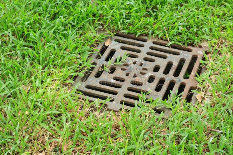Grelha do ferro do dreno da água imagens de stock