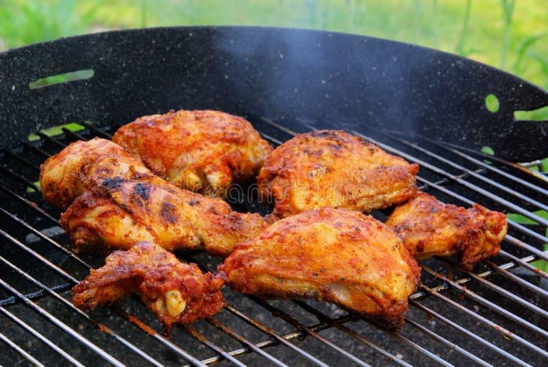 Grelhando a galinha imagem de stock royalty free