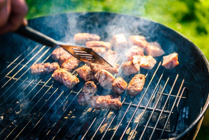 Grelhando a variedade deliciosa de carne no carvão vegetal do assado grelhe foto de stock royalty free