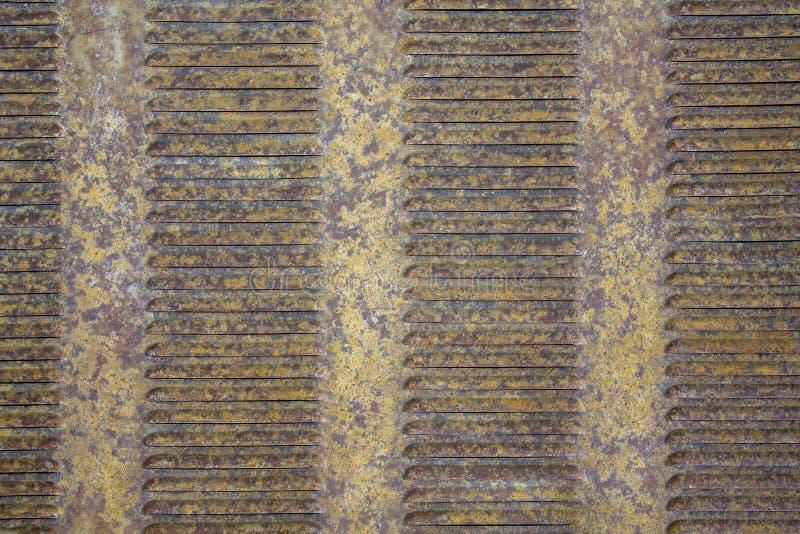 Grelhas marrons cinzentas amarelas oxidadas velhas da ventilação da grade do metal Textura da superf?cie ?spera imagens de stock royalty free