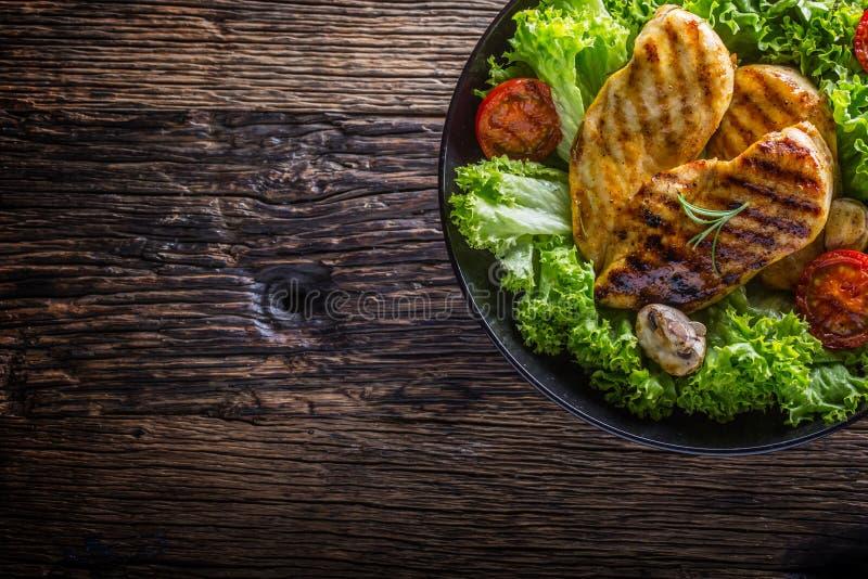 Grelhe o peito de frango Roasted e grelhe o peito de frango com os tomates e os cogumelos da salada da alface fotografia de stock