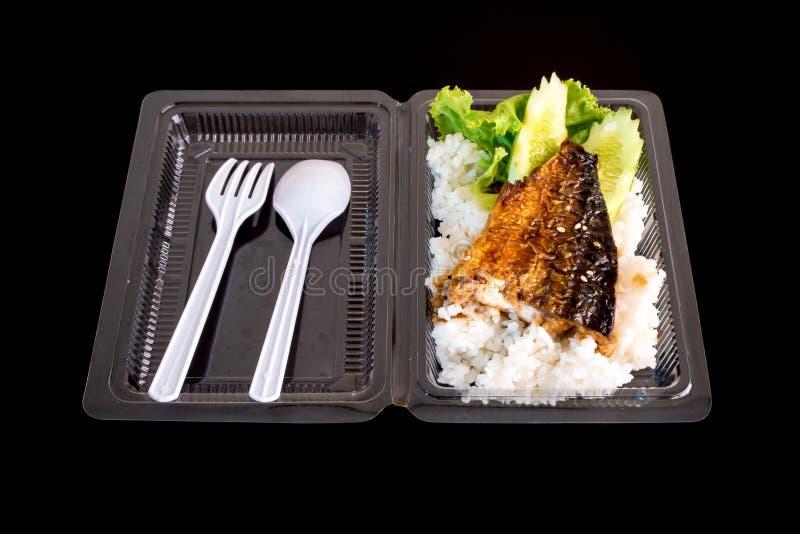 Grelhe peixes no arroz na caixa plástica, alimento neto fotos de stock