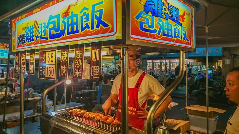Grelhe a salsicha no mercado da noite do alimento da rua de taipei imagem de stock