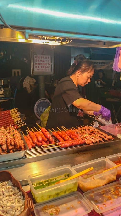 Grelhe a salsicha no mercado da noite do alimento da rua de taipei, rua f de Formosa fotos de stock