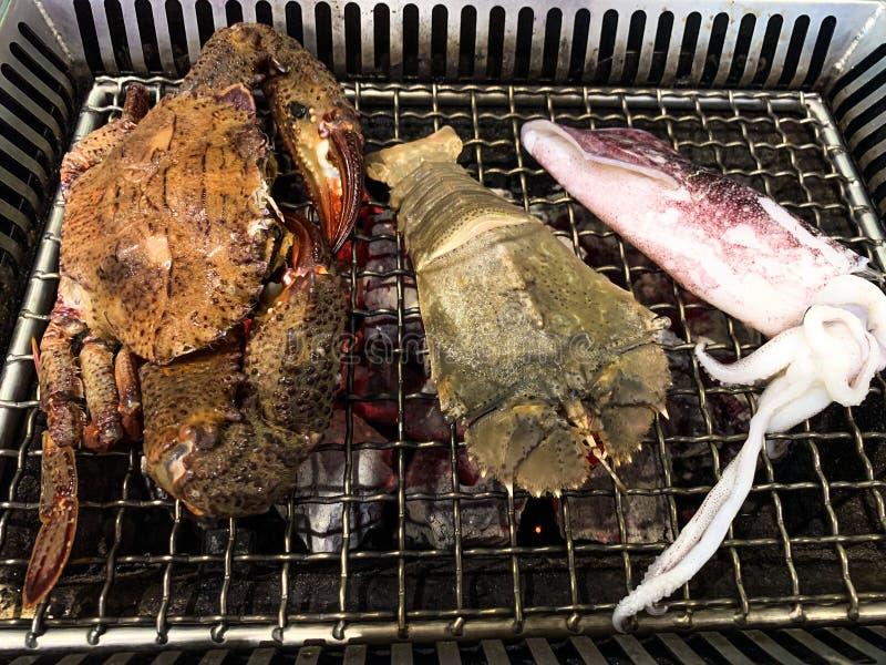 Grelhou o polvo fresco do marisco, camarões de louva-a-deus, assado do fundo do alimento do caranguejo imagens de stock
