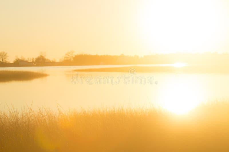 Greller Glanz des Sonnenuntergangs über einem Sumpf an Milford-Punkt, Connecticut lizenzfreie stockbilder