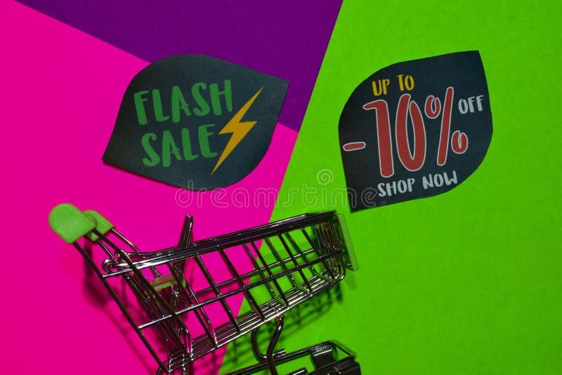 Greller Verkauf bis 70% weg vom Geschäfts-jetzt Text und dem Einkaufswagen stockbild