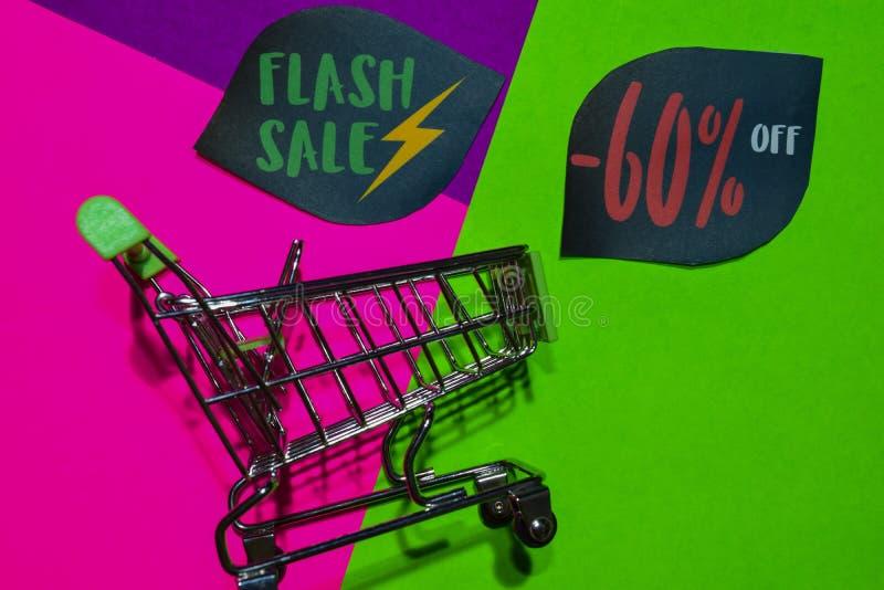 Greller Verkauf bis -60% weg vom Geschäfts-jetzt Text und dem Einkaufswagen stockfotos