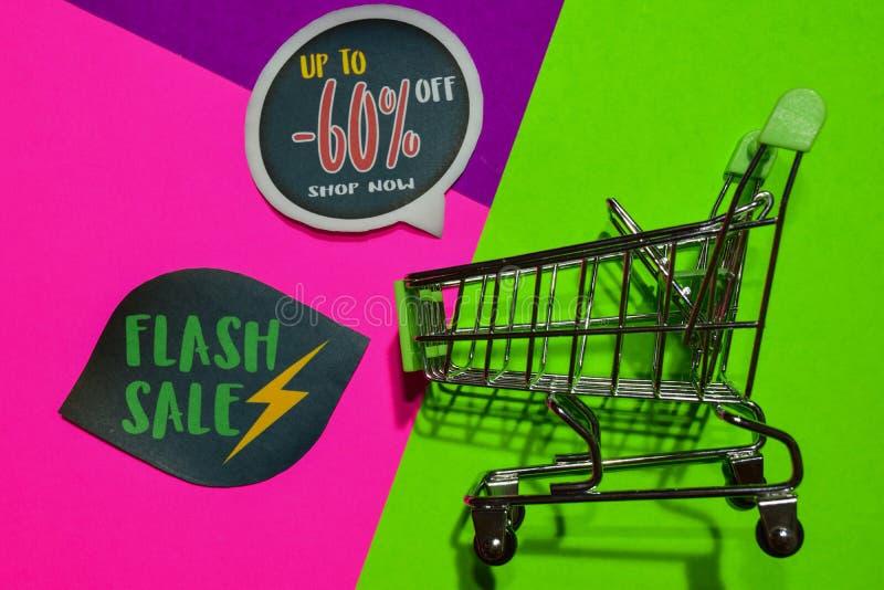 Greller Verkaufs-Sonderangebot 50% weg vom Geschäfts-jetzt Text und dem Einkaufswagen lizenzfreies stockfoto