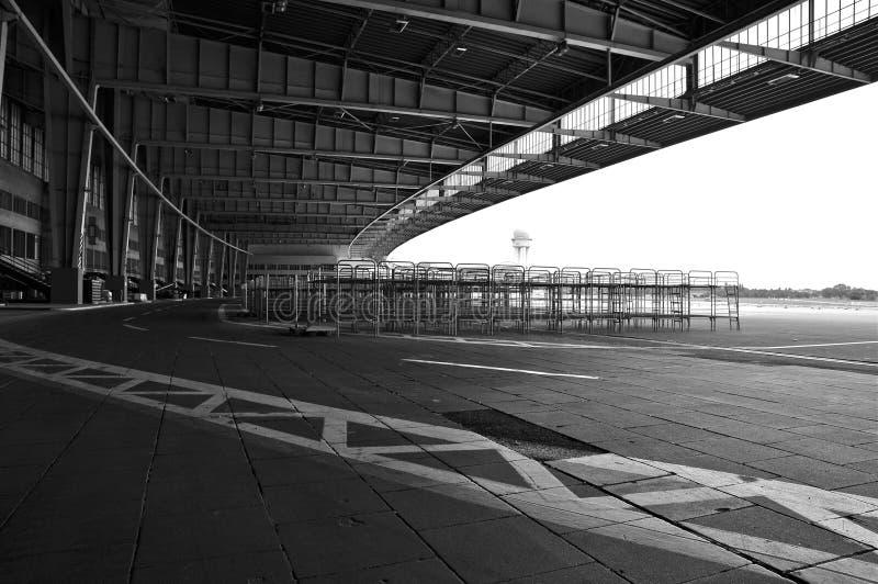 Grembiule storico di Berlin Tempelhof Airport Boarding Area; B&W immagine stock libera da diritti