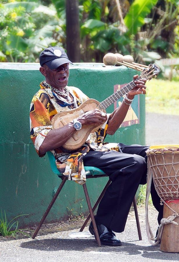 Grenada - karibisk ö - lokal musiker arkivfoto