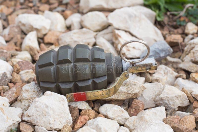 Grenade à main se trouvant sur les pierres photographie stock libre de droits