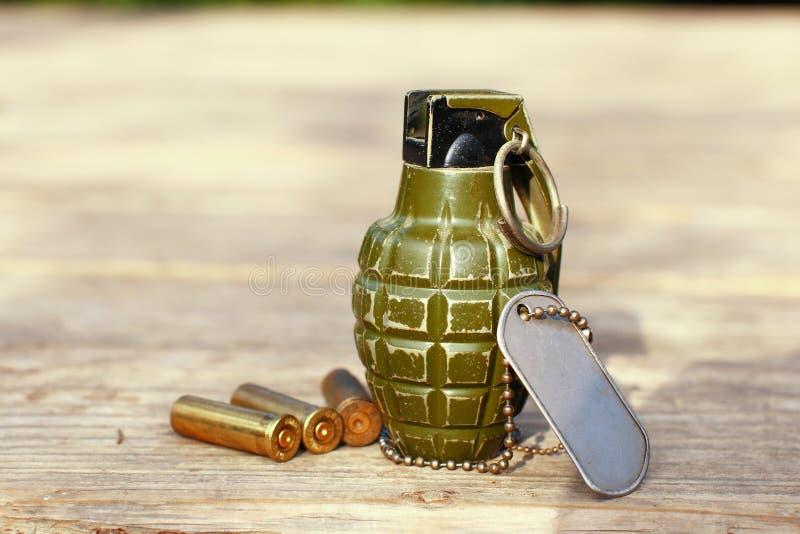 Grenade avec les coquilles et l'étiquette de chien photo libre de droits