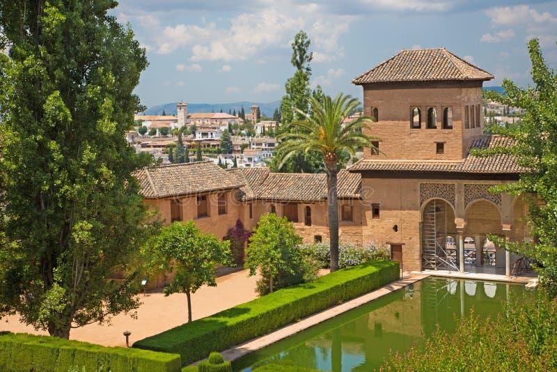 Grenade - les jardins du palais d'Alhambra et de l'église de Saint-Nicolas à l'arrière-plan image stock