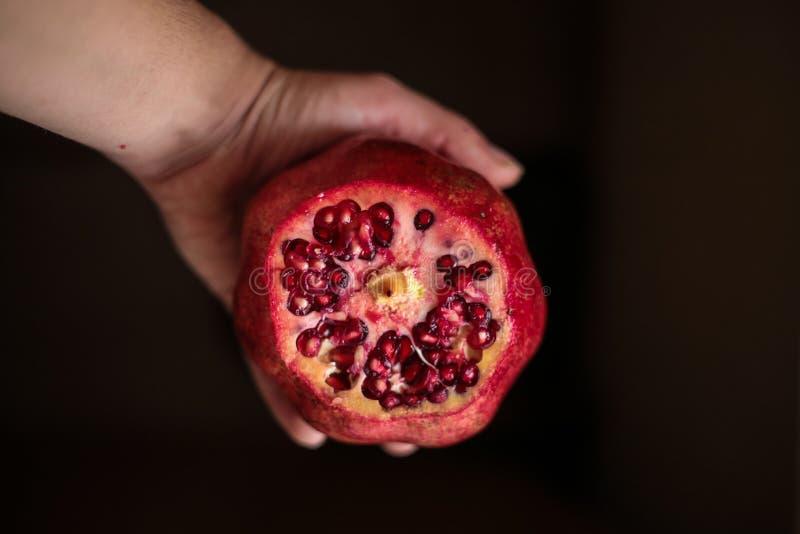 Grenade naturelle dans une main de Turquie photographie stock libre de droits