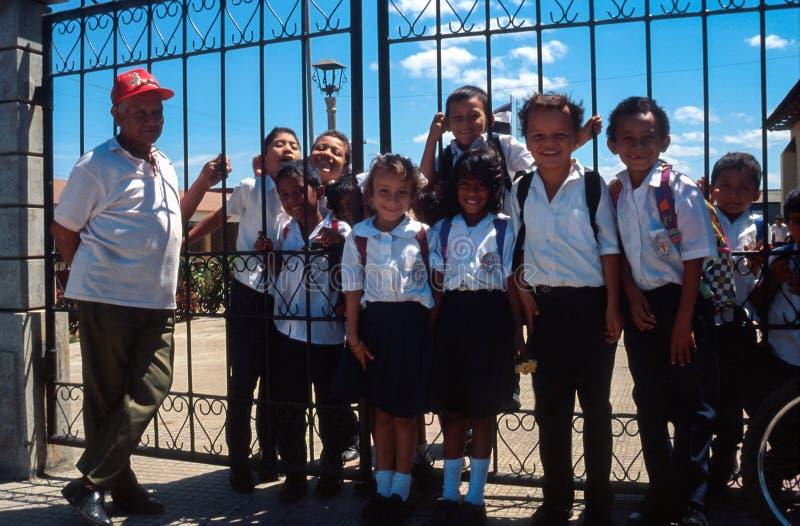 Grenade, Nicaragua : Enfants dans l'uniforme scolaire posant de leur manière d'instruire images stock