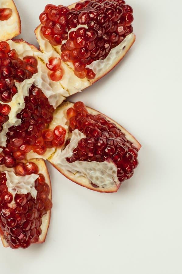 Grenade ouverte avec les grains rouges photo stock