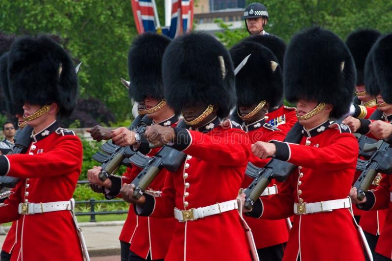 Grenadier-Abdeckungen, die in London grenzen lizenzfreie stockfotografie