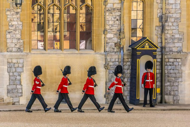 Grenadjär Guards i bildande i London, England arkivbilder