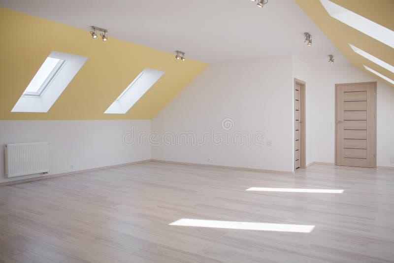 Grenier spacieux dans la maison moderne image stock