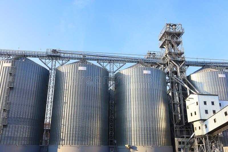 Greniers pour stocker le blé et d'autres grains de céréale. images stock