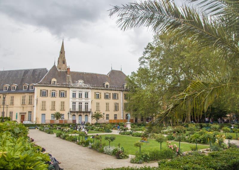 Grenoble, bij de voet van de Franse Alpen en de rivier van Isere, in het gebied Auvergne-Rhône-Alpes royalty-vrije stock afbeeldingen