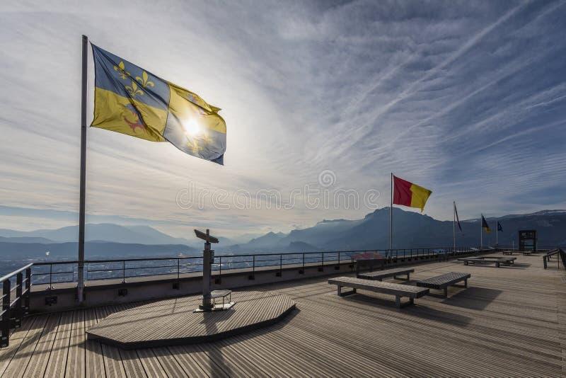 Grenoble, Frankreich, im Januar 2019: Ferngläser und die Dauphine-Flagge an La Bastille stockfotografie