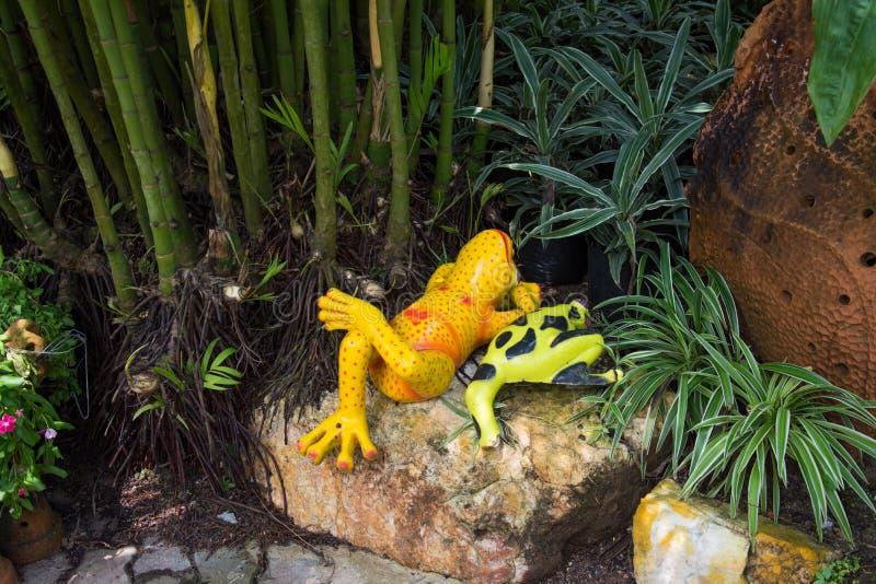 Grenouille en céramique décorative dans le jardin images stock