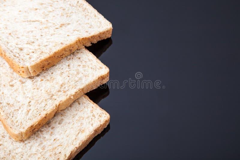 Grens van brood van de plak het gehele tarwe stock foto's