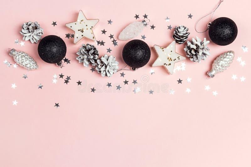 Grens van van het Kerstmisdecoratie en exemplaar ruimte op een roze backgr royalty-vrije stock fotografie