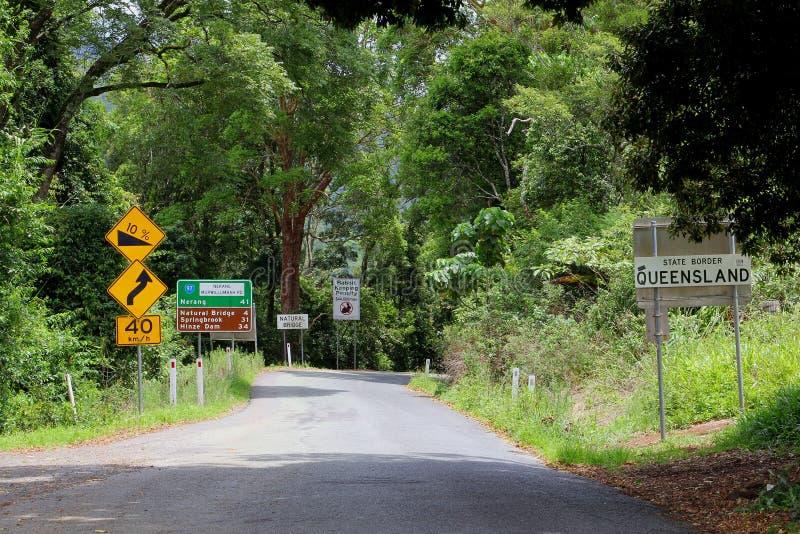 Grens van Queensland en signage aan de Natuurlijke Brug en Nerang, Australië stock foto