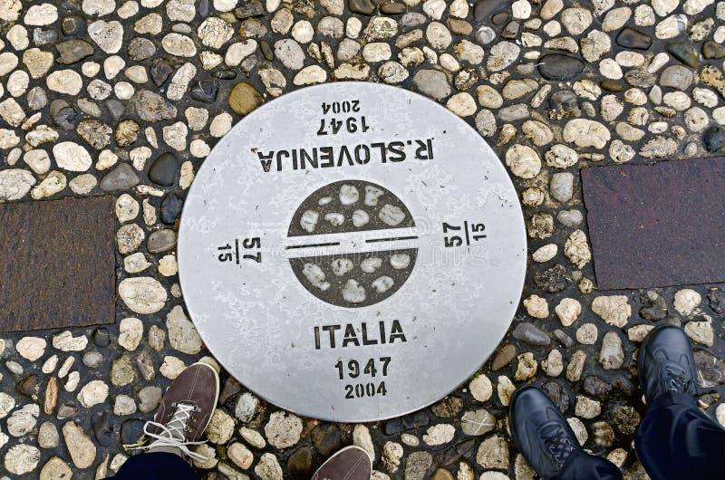 Grensteken tussen Italië en Slovenië stock foto's