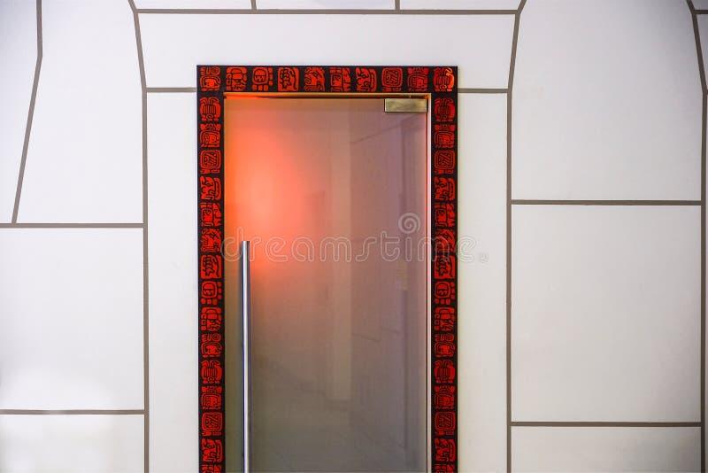 Grenz- und Dekorationselementmuster in Schwarzem und in Rotem Die populärsten ethnischen Zeichen werden durch einen Eingang gesta stockbilder