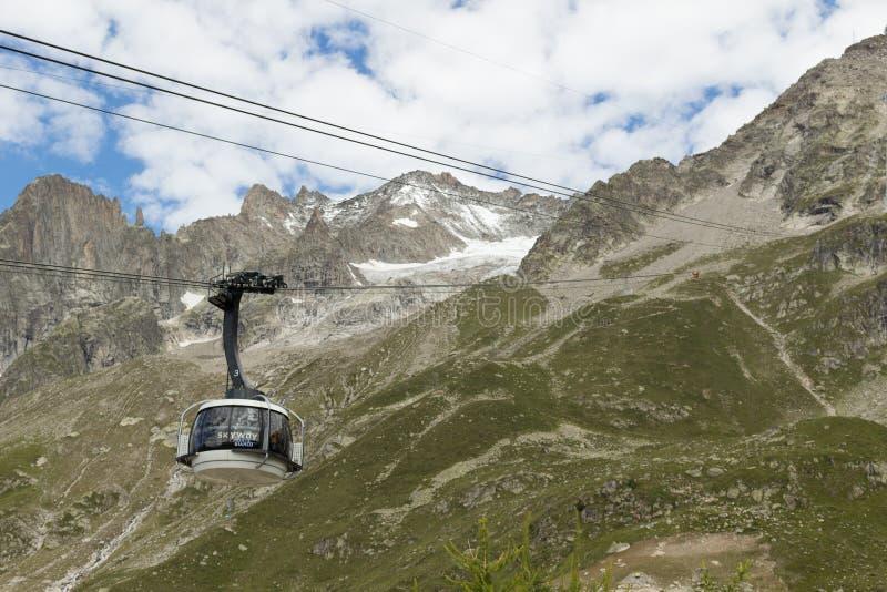 Grenze der Alpen, Frankreich-Italien, am 29. Juli 2017 - Skyway-Drahtseilbahn r lizenzfreies stockfoto