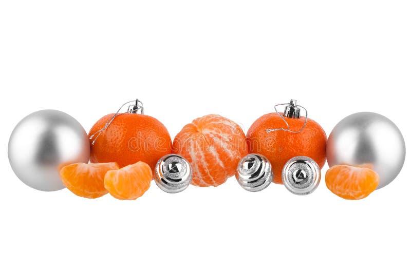 Grenze des neuen Jahres und des Weihnachten, Weihnachtsbaumdekorationen, silberne Glaskugeln, Tangerinen, Gestaltungselement f?r  lizenzfreies stockfoto