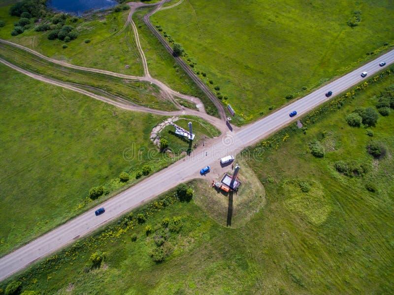 Grenze des tatarischen und Bashkir Staates Schattenbild des kauernden Geschäftsmannes lizenzfreies stockfoto