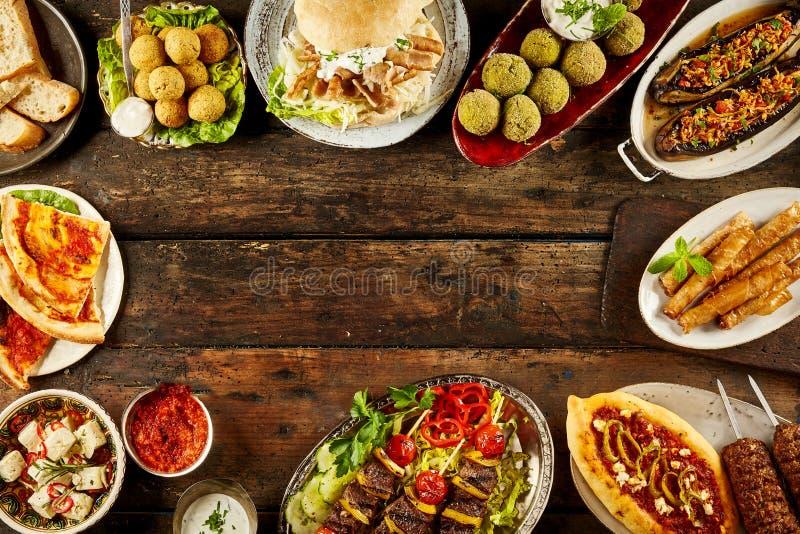 Grenze von Mittelmeertellern und Brot auf Tabelle lizenzfreie stockfotografie