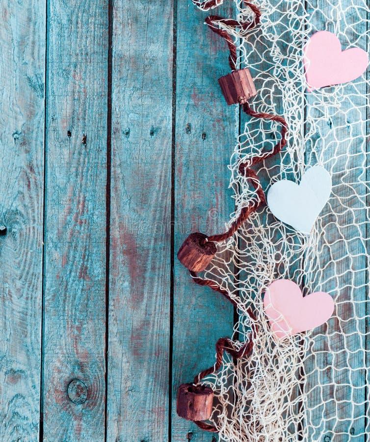 Grenze von romantischen Herzen im Fischernetz stockfoto