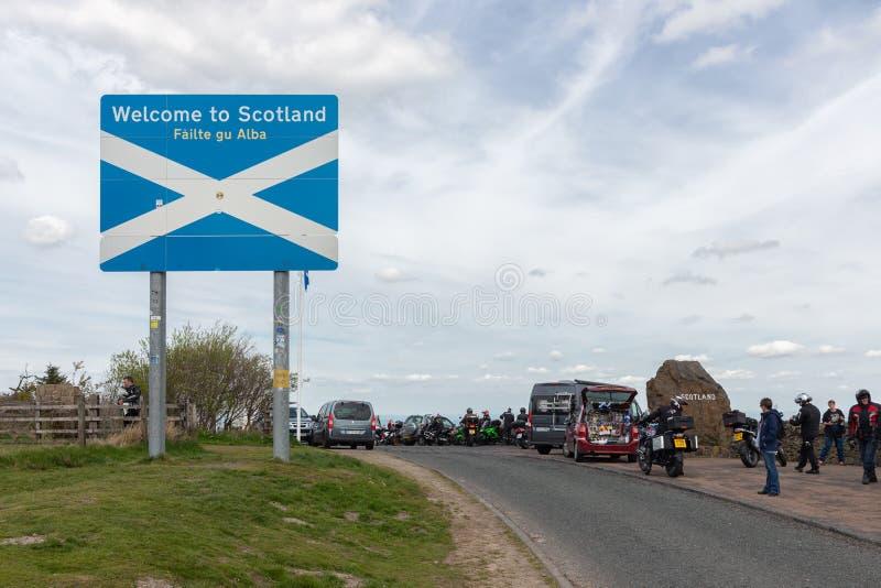 Grenze zwischen England und Schottland bei Carter Bar mit Schild stockfotografie