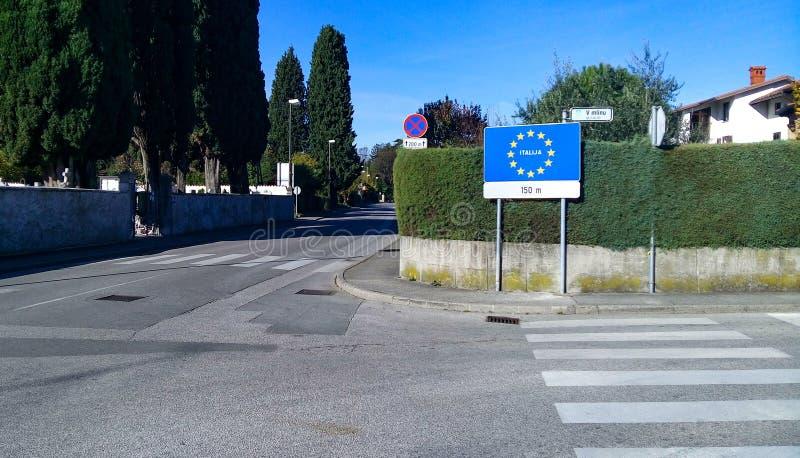 Grenze zwischen Slowenien und Italien lizenzfreie stockfotos