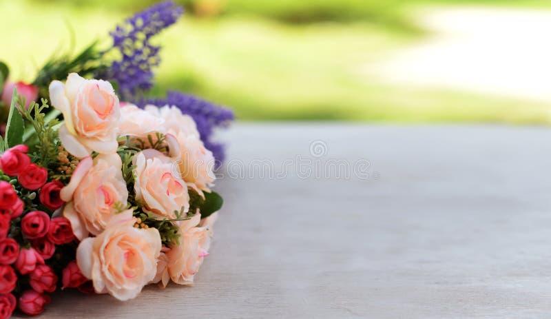 Grenzfahne mit Rosen- und Lavendelblumen stockfoto
