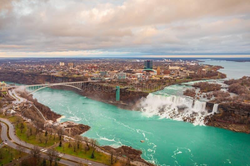 Grenzgrenzregenbogenbr?cke Vereinigte Staaten und Kanada, Niagara Falls Schattenbild des kauernden Gesch?ftsmannes stockfotos
