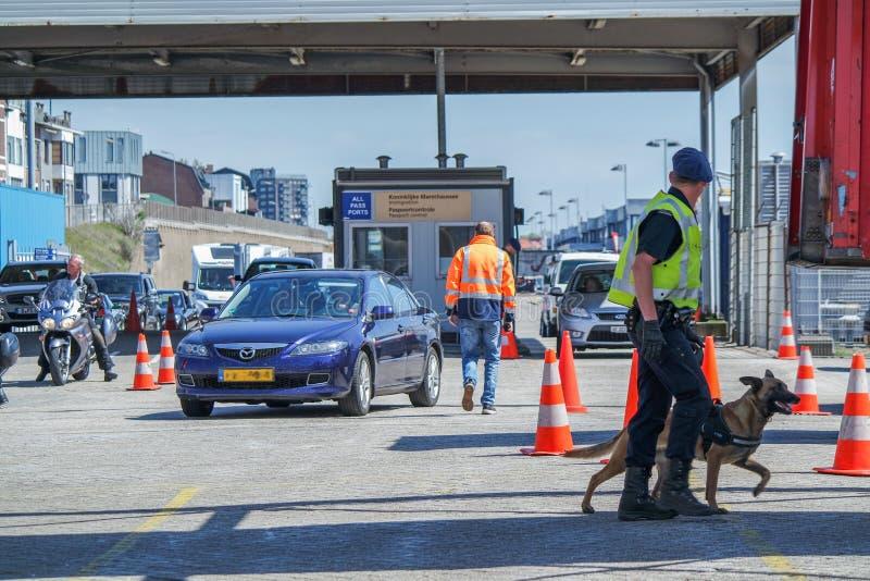 Grenzkontrolle, welche die Immigration am Hafen überprüft stockfoto