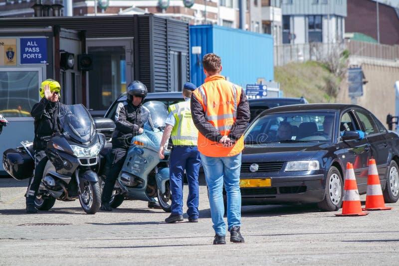 Grenzkontrolle, welche die Immigration am Hafen überprüft stockbilder