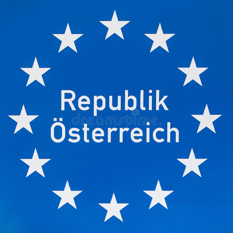 Grenzzeichen Österreich an der Straße stockfoto