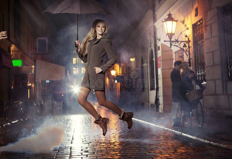 Greratportret van springend blij meisje stock fotografie