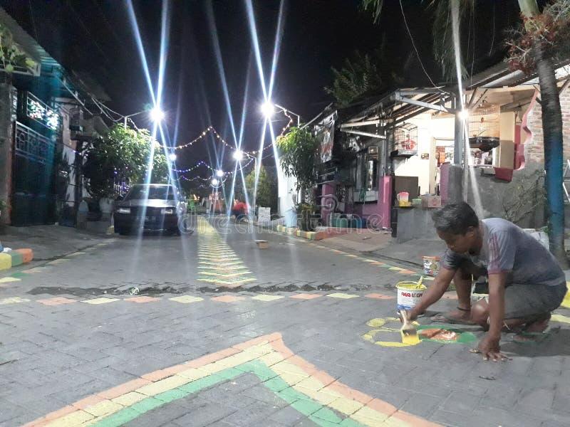 Gresik Wschodni Jawa, Indonezja, Lipiec,/- 28, 2019: Ludzie malowali drogę witać Indonezja dzień niepodległości obraz royalty free