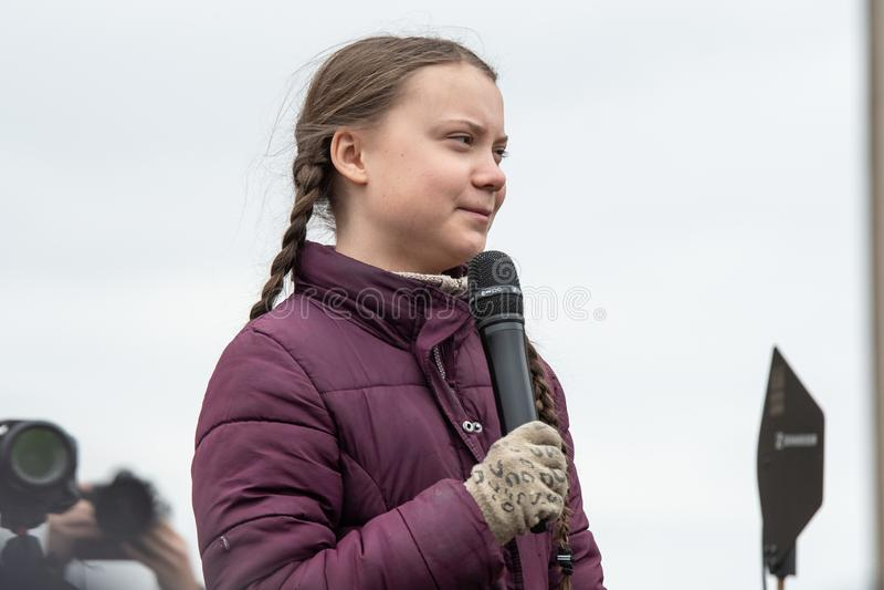 Greta Thunberg, die mit ihrem Publikum an einer Demo in Berlin spricht stockbild
