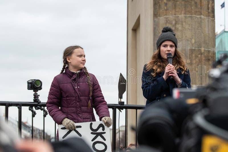 Greta Thunberg som talar till hennes åhörare på en demonstration i Berlin royaltyfri fotografi