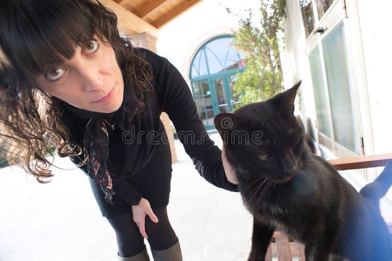 Greta y el gato imagen de archivo libre de regalías
